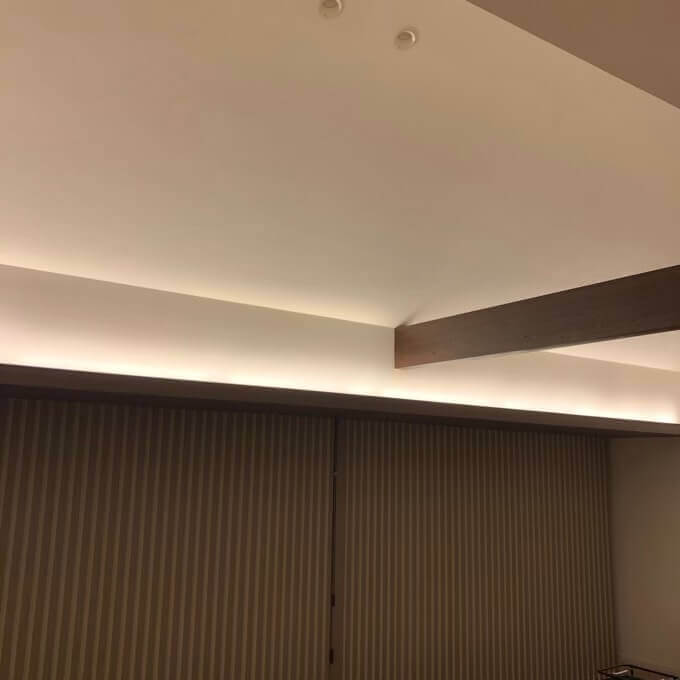 勾配天井の立ち上がり部分には間接照明