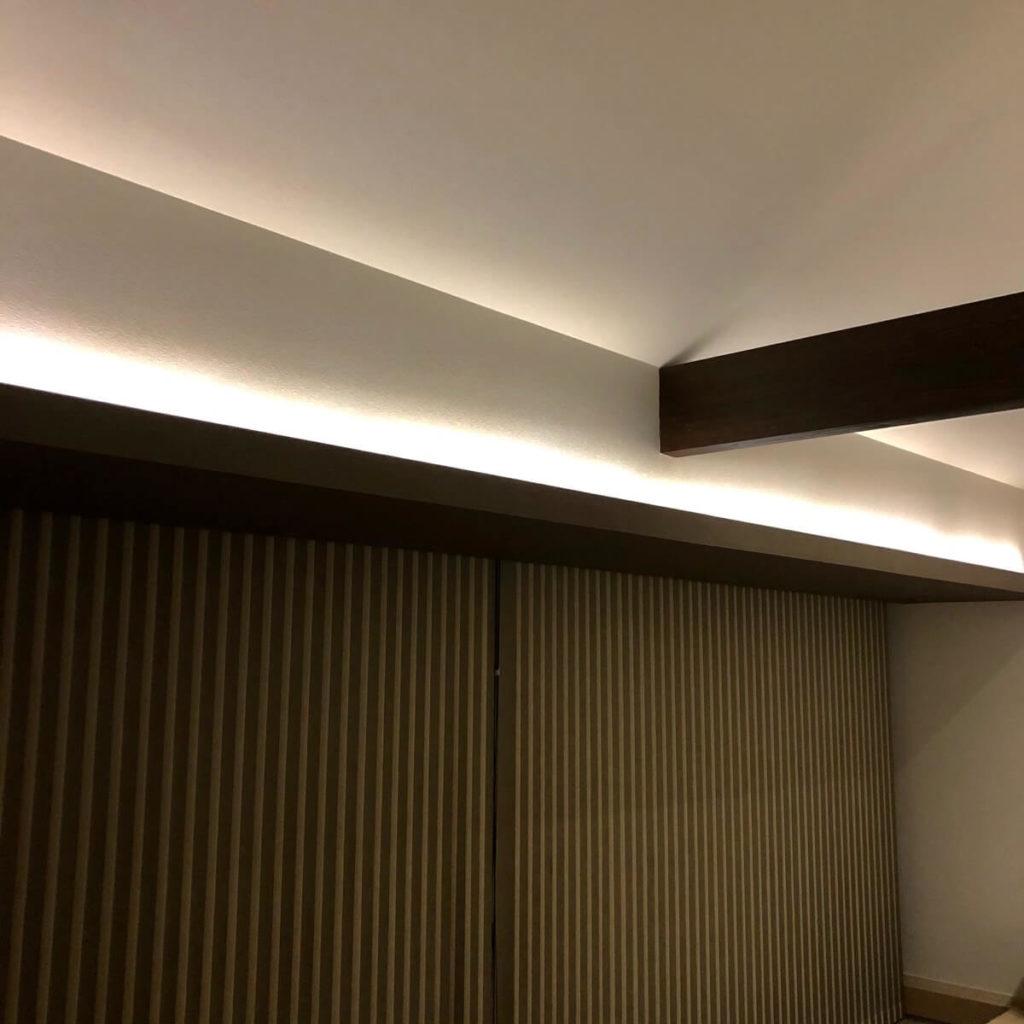 折下げ天井と関節照明のコラボ