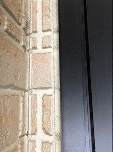 サイディングと玄関ドアのつなぎ目はコーキングで埋められている